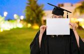 Donna laureata, nascondendosi dietro una carta bianca — Foto Stock