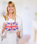 Glücklich arzt betrieb britische flagge — Stockfoto