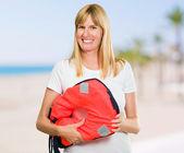 Donna felice azienda life jacket — Foto Stock