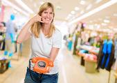 女人举行电话和做手势 — 图库照片
