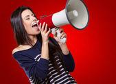Portrait d'une femelle avec mégaphone — Photo