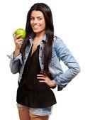Žena hospodářství zelené jablko — Stock fotografie