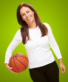 Frau holding basketball — Stockfoto