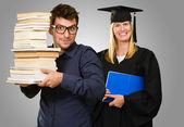 Dois jovens estudantes, segurando o livro — Foto Stock