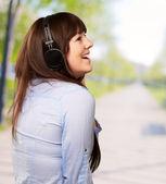 Fone de ouvido usando mulher feliz — Fotografia Stock
