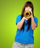Trompet çalmaya genç portresi — Stok fotoğraf