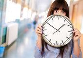 Vrouw bedrijf klok — Stockfoto
