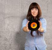Bir diski tutan bir kadın portresi — Stok fotoğraf
