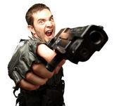 Boos soldaat bedrijf pistool — Stockfoto