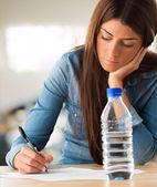 Porträtt av en ung kvinna som skriver — Stockfoto
