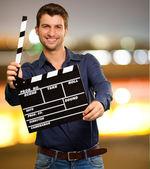 Gelukkig jonge man bedrijf duig — Stockfoto