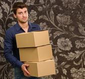 Genç adam holding cardboxes — Stok fotoğraf