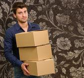 Jovem exploração cardboxes — Fotografia Stock