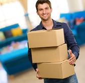 Ung man anläggning cardboxes — Stockfoto