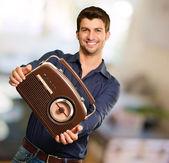Giovane uomo che tiene la radio d'epoca — Foto Stock