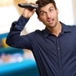 彼の髪を切る若い男の肖像 — ストック写真