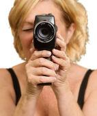 Donna matura guardando attraverso la fotocamera — Foto Stock