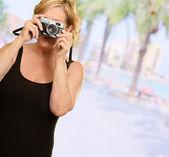 成熟した女性の保持しているカメラ — ストック写真