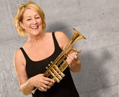 Volwassen vrouw bedrijf trompet — Stockfoto