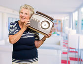 Radio tenue femme mature heureuse — Photo