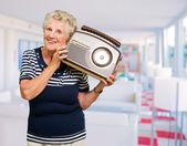 Radio holding felice donna matura — Foto Stock