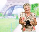Câmera de exploração feliz mulher madura — Foto Stock