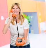 電話で話しているきれいな女性 — ストック写真