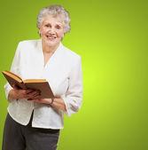 Senior donna leggendo un libro — Foto Stock