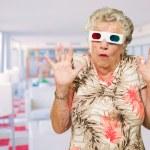 mujer senior Mieda viendo películas en 3d — Foto de Stock
