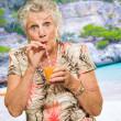 mujer tomando jugo con pajita — Foto de Stock