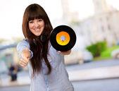Ritratto di una donna che tiene un disco — Foto Stock