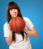 一位年轻女性与一个足球足球球的肖像 — 图库照片