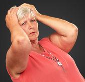 Porträtt av en deprimerade äldre kvinna — Stockfoto