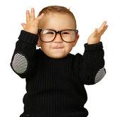 Heureux petit garçon portant des lunettes — Photo