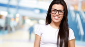 Retrato de uma jovem garota usando especificações — Foto Stock