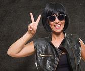Porträtt av kvinna med seger tecken — Stockfoto