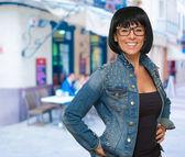 Glad mogen kvinna som bär glasögon — Stockfoto