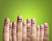 Gros plan des doigts avec visage souriant — Photo