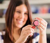 Gelukkige vrouw kopen nieuwe polshorloge — Stockfoto