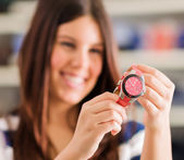 幸せな女購入新しい腕時計 — ストック写真
