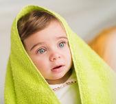 Bebê fofo com toalha na cabeça — Fotografia Stock