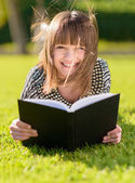 Чтение книги счастливая женщина в парке — Стоковое фото