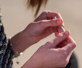 Closeup Of Woman's Hand Rolling Cigarette — Stockfoto