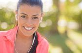 Mujer feliz escuchando música — Foto de Stock