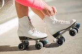 Close-up das pernas com o sapato de patinação artística no gelo de rolo — Foto Stock