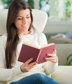 Retrato de mujer joven leyendo diario — Foto de Stock