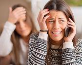 Młoda kobieta płacze na telefon komórkowy — Zdjęcie stockowe