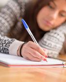Kvinna skriver på boken — Stockfoto