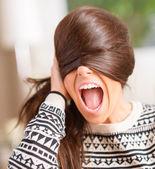 Boos vrouw gezicht met haar verbergen — Stockfoto