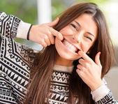 Hermosa mujer bromas — Foto de Stock